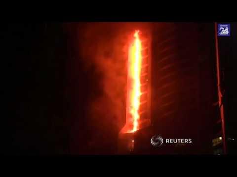 Honderde vlug toe wolkekrabber in Dubai brand