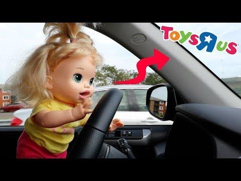 La Muñeca Baby Alive Sara en Español va en Auto a la Juguetería para hacer Compras!!! TotoyKids