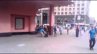 Fight Video. ЖЕСТЬ!!!Драка у метро женщина надавала люлей мужику!!!