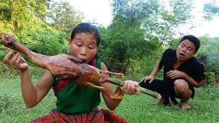 Survival Skills - Primitive Couple Catch Duck for Food - Cooking Delicious Duck