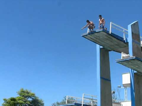 Juniorpcspeed salto a la piscina muy alto youtube for Cloro alto en la piscina