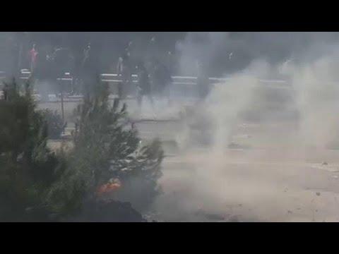 فيديو: إضرابٌ واشتباكاتٌ في الجزر اليونانية بين الشرطة ومحتجين ضد بناء مخيمات للاجئين…  - 20:01-2020 / 2 / 26