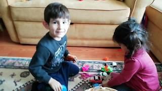Ayşe Ebrar Arkadaşı Tarık ile Oynamaya Gitti. Tarık Oyuncaklarını Gösterdi. Beraber Oynadılar.
