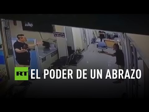 Download Youtube: Un policía convence y abraza a un asaltante