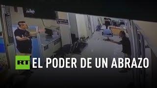 Un policía convence y abraza a un asaltante