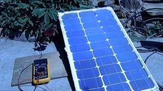 Тестирование самодельной солнечной батареи с линзой Френеля.