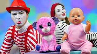 Nouvelles vidéos drôles pour enfants. Les mimes et le bébé born. Deux chatons en peluche