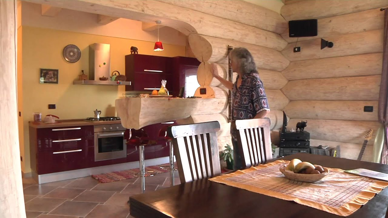 Casa in tronchi unica in italia youtube for Interni case rustiche