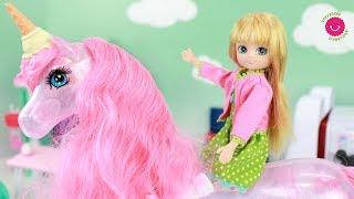 La muñeca Lottie y los Juguetes de Barbie