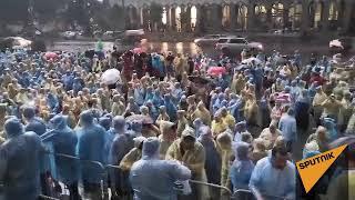 Протестующие в Тбилиси в сильный дождь продолжали митинг - видео