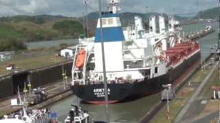 El Canal de Panama · Buques Pasando · Ships Passing the Panama Canal