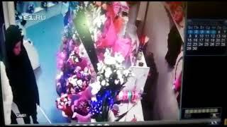 На Щорса двое парней вынесли из павильона букеты цветов
