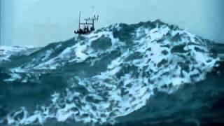 شاهد سفينه تغرق وسط البحر مشهد مرعب