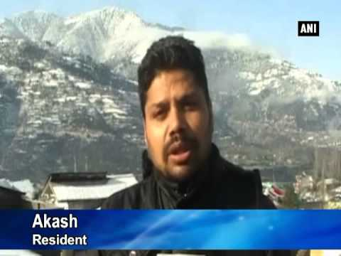 Heavy snowfall in Kashmir throws life out of gear