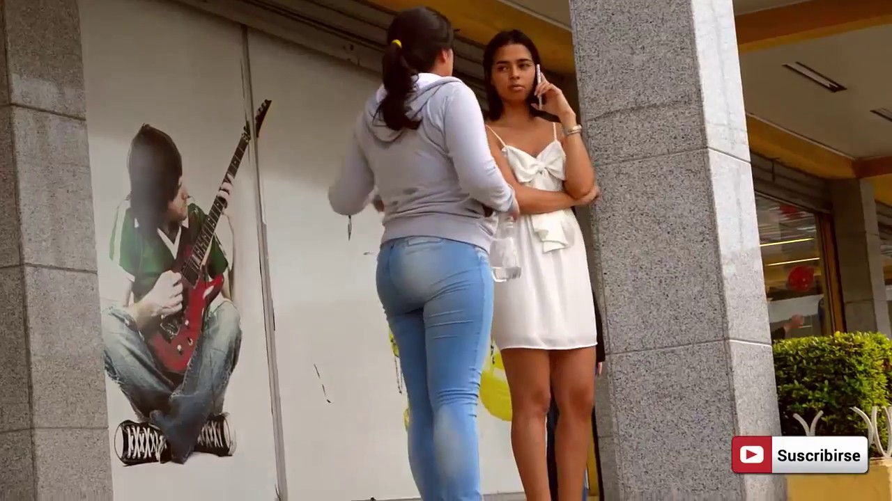 MUJERES ENSEÑANDO TANGA EN LA CALLE -BROMA PESADA 2017