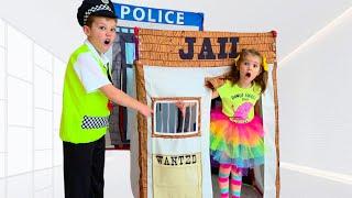 Max y Katy juegan policía y cárcel