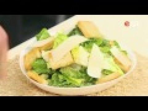 На блюдо выложить листья салата. Сверху разложить куриное мясо и полить салат соусом