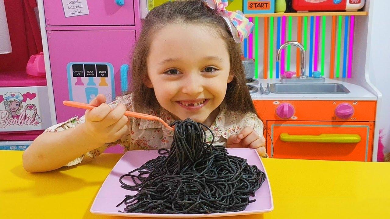 Lina'nın İlk Black Noodle Denemesi | Funny Kids Video