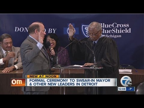 Mike Duggan formally sworn in as mayor.