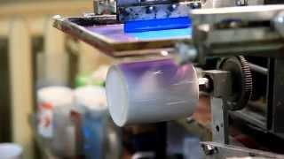Шелкотрафаретная печать на кружках(Шелкотрафаретная печать на полуавтоматическом станке по цилиндрическим поверхностям. В данном случае..., 2015-03-12T20:13:35.000Z)