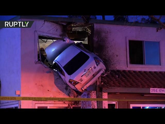 Empotra su coche en California... contra un segundo piso