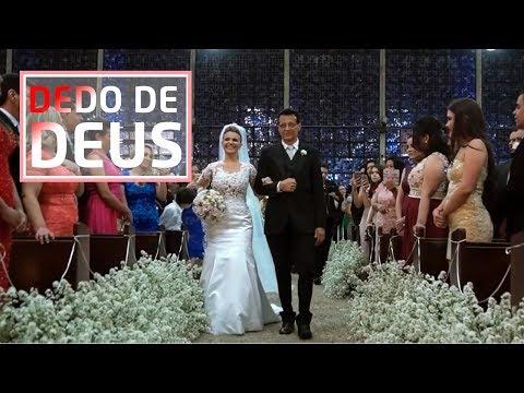 """Noivo faz música inédita e canta na entrada de sua noiva """"Dedo de Deus"""" - Ricardo & Carolina"""
