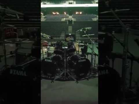 10 year old Metallica Kid plays Lars Ulrichs kit befor gig!!!!