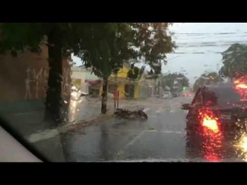 Chuva rápida causa transtornos em vários pontos da Capital