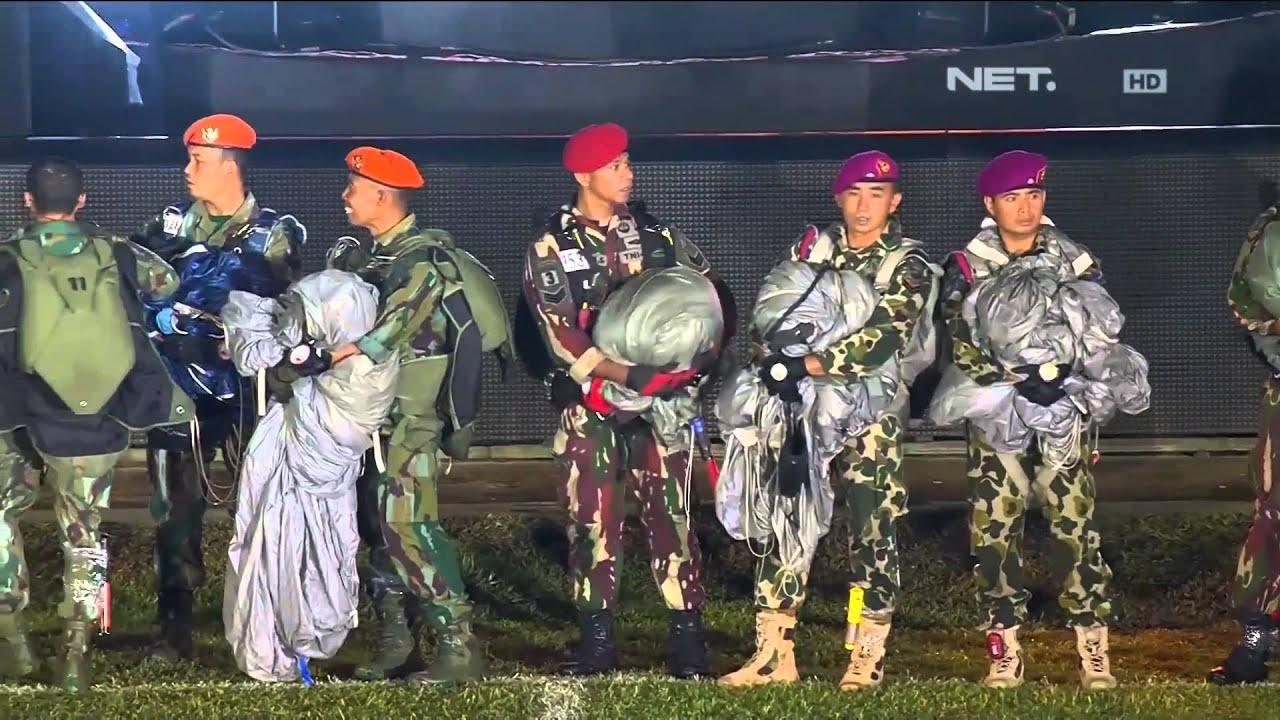Download Atraksi Terjun Payung oleh TNI dan Polri di Opening Ceremony Indonesian Championship Torabika 2015