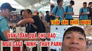 """Tuấn Anh nhún nhảy tại sân bay, Hồng Duy sốt sắng gọi điện cho bố mẹ, Văn Toàn mua cafe """"biếu"""" thầy"""