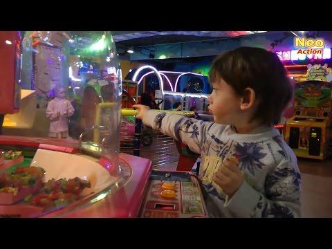 ДЕТСКИЙ VLOG: Ох уж эти девочки!   Много конфет   Игровые автоматы и игрушки