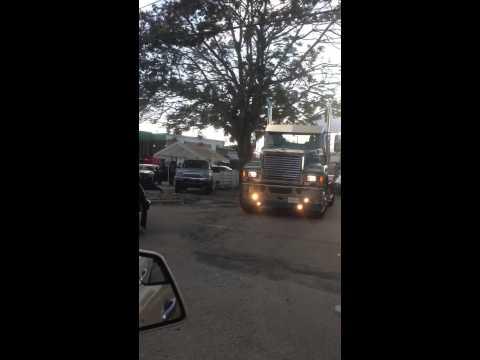 Escolta camiones quince de Julieann