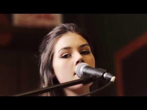 Elise Trouw performs