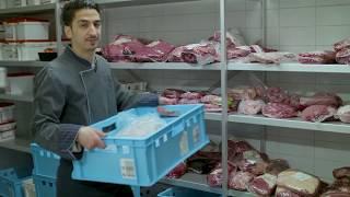 Ein Blick hinter die Theke bei EDEKA – mit Leo, Fleischer im Verkauf