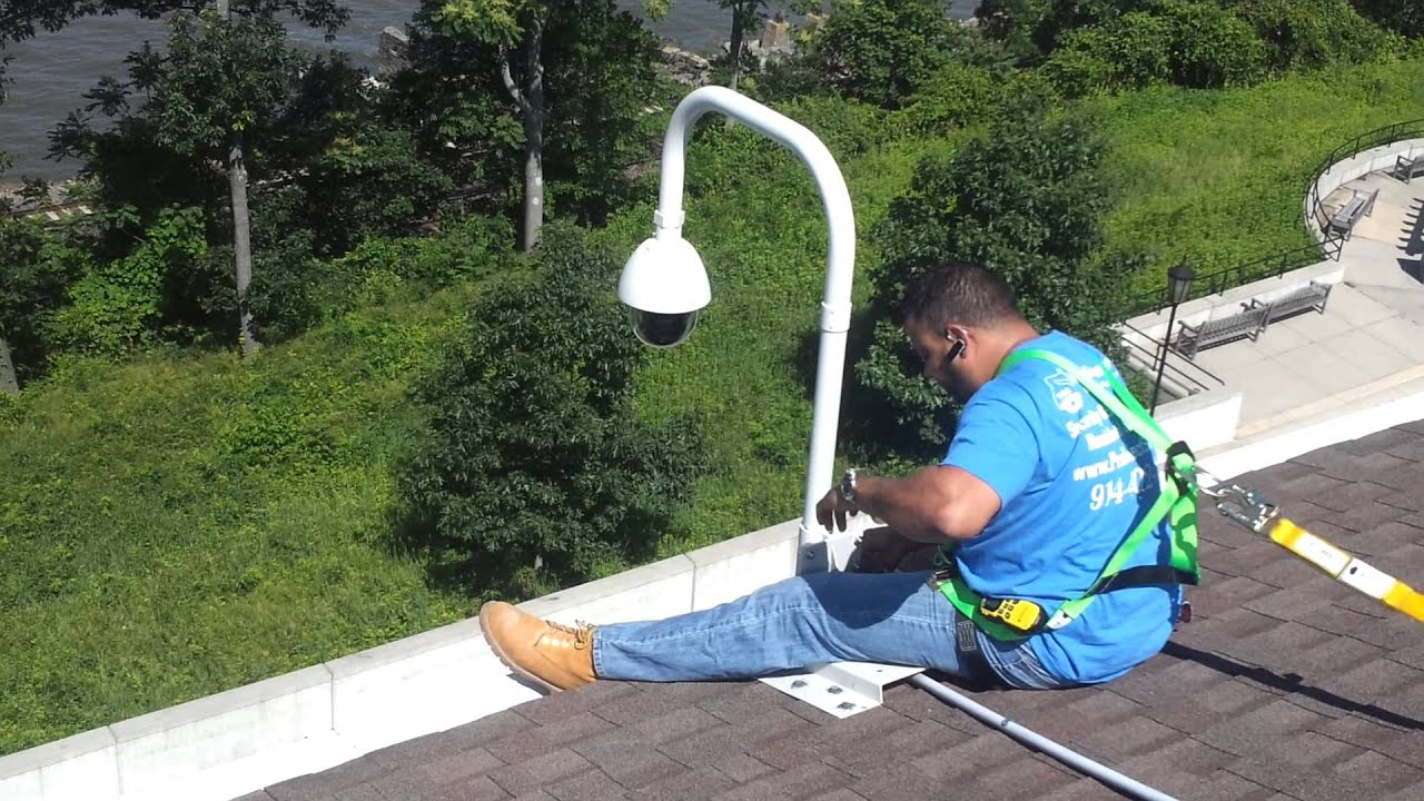 Always Use Harness To Be Safe When Work Over A Roof