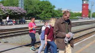 Жители Бердска идут с электрички по настилу, на котором погиб человек
