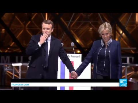 Emmanuel Macron, président élu, avec son épouse Brigitte sur la scène du Carroussel du Louvre