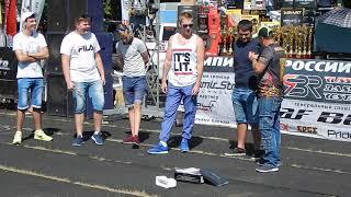 Парни танцуют тверк на соревнованиях по автозвуку Саратов