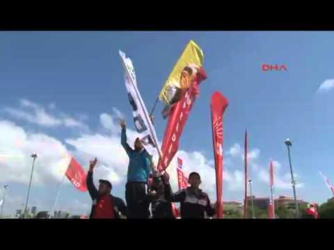Bakırköy'deki 1 Mayıs etkinliğinde PKK ve Öcalan posterleri açıldı