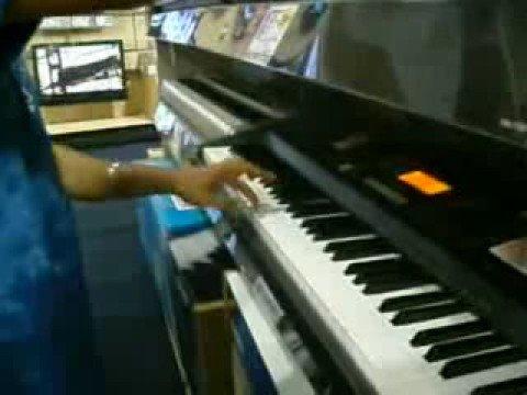 Best Buy playing da keyboards...