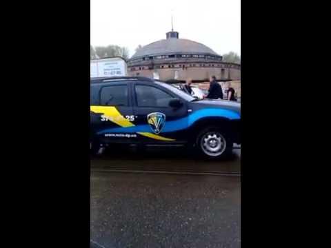 В Днепропетровске работники охранной фирмы устроили драку со стрельбой ВИДЕО   Мост Днепр   последни