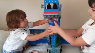 Fatih Selim Ben 10 Rustbucket Deluxe Karavanı oyuncakları oyun setiyle oynuyor