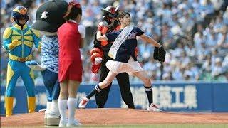 【スポーツ】 ファーストピッチを行うAKB48の吉川七瀬 ドランクド...