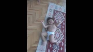 Sırtı kaşınan bebek
