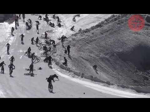 Массовое столкновение на велогонке в Альпах