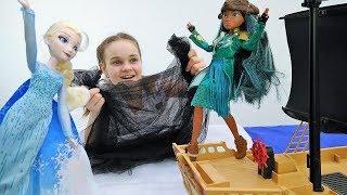 Мультики для девочек. Эльза заморозила море. Видео про кукол.