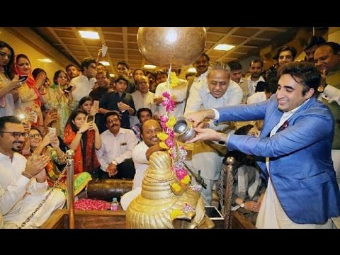 Pakistani Politician Bilawal Bhutto Zardari worships Shiva at Karachi