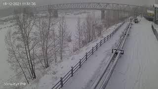 Сквер речники, вид на мост через реку Лена