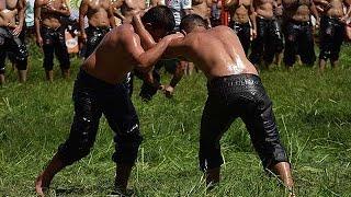 トルコ、オイルレスリング全国大会=世界最古の格闘技、牧草上で怪力比べ