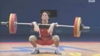 FUNNY - Frau läßt Wasser beim Gewichtheben